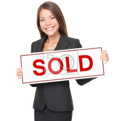 Agent immobilier / Immobilier femme agent vendu signe sur fond blanc