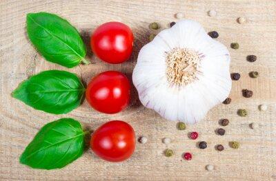 Image Ail, tomates et basilic. Fermer.