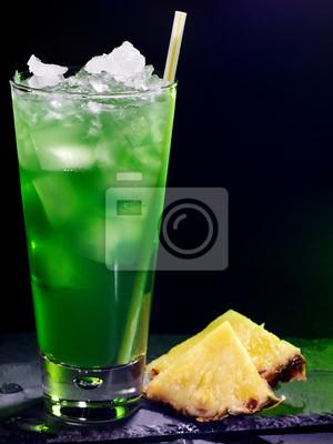 Ananas vert cocktail sur fond sombre 16.