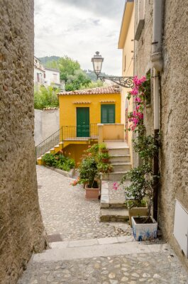 Image Ancienne rue dans la vieille ville d'un village du sud de l'Italie