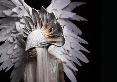 Image Ange, costume, concept, cinématique, portrait d'une jeune fille et une perruque blanche, qui porte un grand masque blanc et une grande ailes blanches. Dramatique