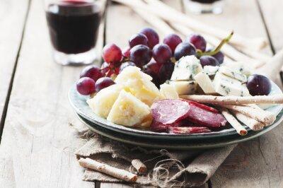 Image Antipasto avec du fromage, des saucisses et du raisin