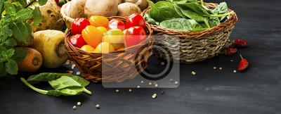 Assortiment de légumes bio saine avec des tomates cerises, des champignons, des épinards et des épices