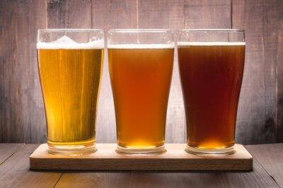 Image Assortiment de verres de bière sur une table en bois