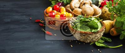 Assortiment sain de légumes biologiques avec des tomates cerises, des champignons, des épinards et des épices