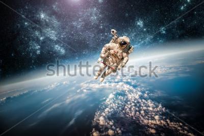 Image Astronaute dans l'espace extra-atmosphère dans le cadre du Plan Terre. Éléments de cette image fournie par la NASA.