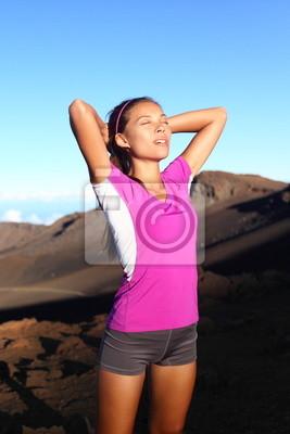 Athlète femme de coureur détendant après exécution
