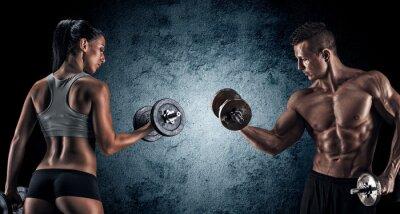 Image Athletic homme et femme avec des haltères.