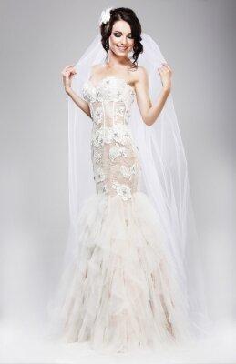 Image Attente. Belle mariée radieuse en robe de mariée blanche