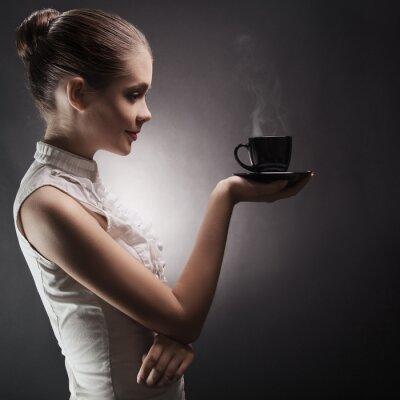 Image Attractive femme avec un café aromatique dans les mains
