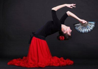 Image Attractive spanish jeune femme danse flamenco sur un fond noir backg