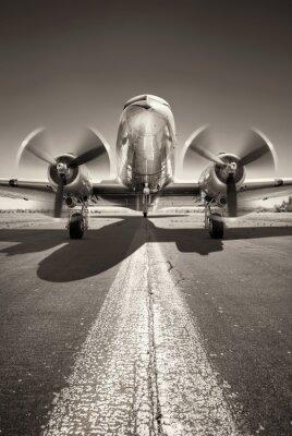Image avion historique est en attente de décoller sur une piste