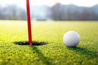 Image balle de golf près du trou