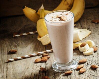 Image Banana smoothie au lait, amandes moulues dans une grande tasse sur le