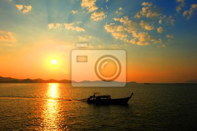 Bateau de pêche à côté de la plage, Phang-nga, Thaïlande.