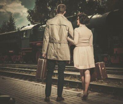 Image Beau couple de style vintage avec des valises