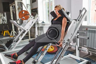 Beau modèle de fitness entraînement, squat