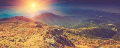 Image Beau paysage panoramique dans les montagnes au soleil.