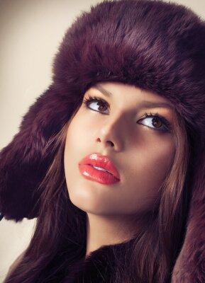 Image Beauté Mannequin fille dans un chapeau de fourrure