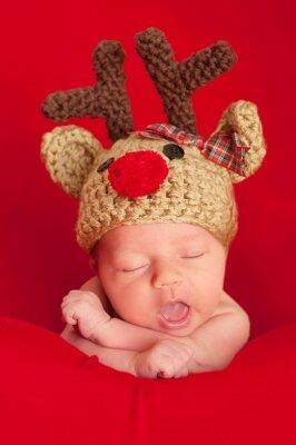 Image Bébé nouveau-né portant un chapeau renne au nez rouge