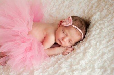 Image Bébé nouveau-né portant un tutu rose
