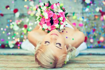 Image Belle blonde mariée avec un bouquet de fleurs