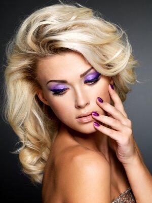 Image Belle femme à la beauté manucure pourpre et maquillage des yeux.