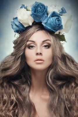Image Belle femme avec couronne de fleurs.