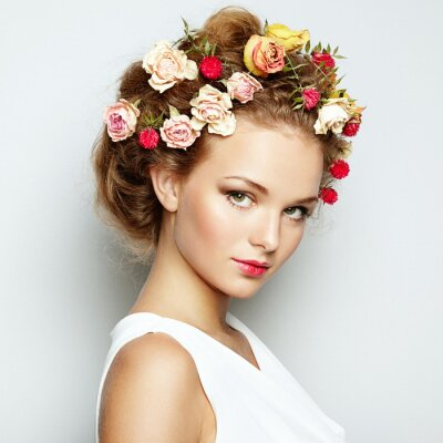 Image Belle femme avec des fleurs. La peau du visage parfait. Beauty Portrait