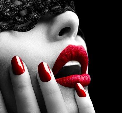 Image Belle femme avec un masque de dentelle noire sur les yeux