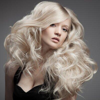 Image Belle femme blonde. De longs cheveux bouclés