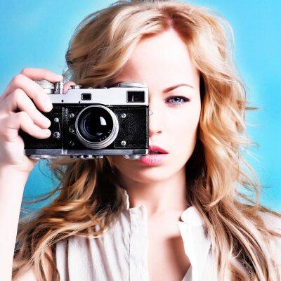 Image belle femme blonde tenant le photographe rétro caméra