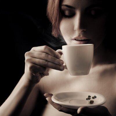 Image Belle femme buvant du café. Espace pour le texte