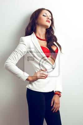 belle femme debout près du mur blanc