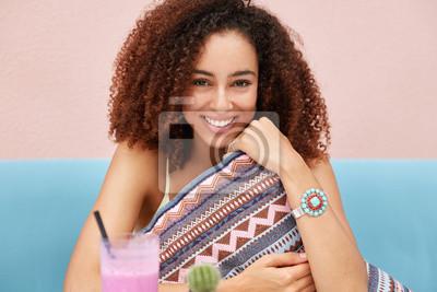 Belle Femme Heureuse Avec Une Coiffure Afro Detient Un Coussin