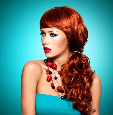 Image Belle femme sensuelle avec de longs poils rouges