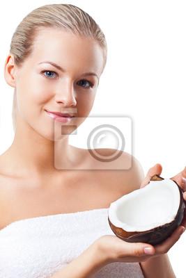 Belle femme tenant la noix de coco
