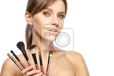 belle femme tenant pinceaux de maquillage mis