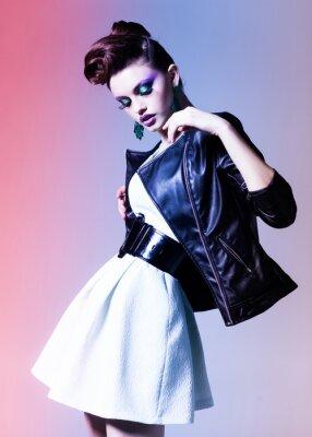 Image belle femme vêtue punk, élégante posant dramatique