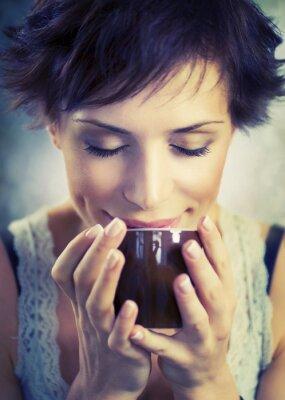 Image Belle fille avec une tasse de café