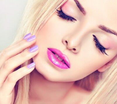 Image Belle fille blonde avec maquillage lilas