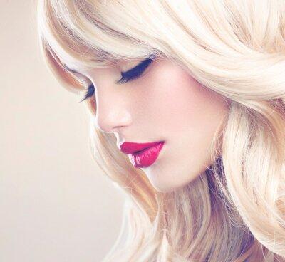 Image Belle fille blonde avec Santé longs cheveux ondulés. Cheveux blancs