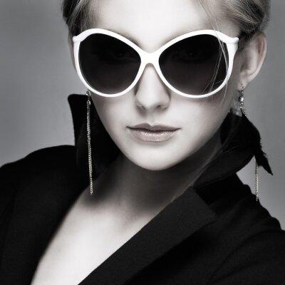 Image belle fille est dans le style de la mode sur fond gris, glamour