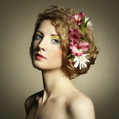 Image Belle jeune femme avec des fleurs délicates dans les cheveux
