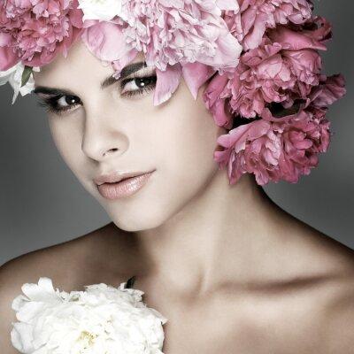 Image belle jeune fille avec des fleurs roses