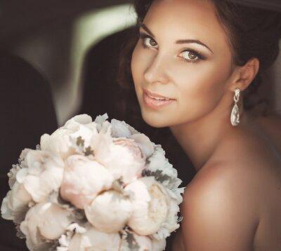 Image Belle mariée en jour du mariage en robe de mariée. femme mariés