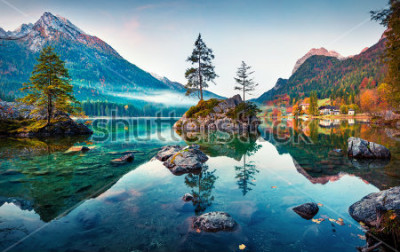 Image Belle scène d'automne du lac Hintersee. Vue matinale colorée des Alpes bavaroises à la frontière autrichienne, Allemagne, Europe. Beauté de fond de concept de nature.