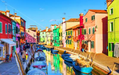 Image Belle vue sur les canaux de Burano avec des bateaux et de beaux bâtiments colorés. Le village de Burano est célèbre pour ses maisons colorées. Venise, Italie.