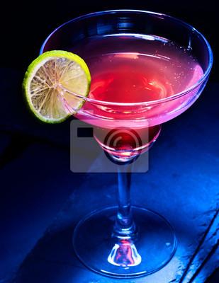 Berry cocktail d'alcool avec tranches de citron sur fond noir. Cocktail d'alcool dans le verre de martini.