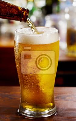 bière coule dans le verre